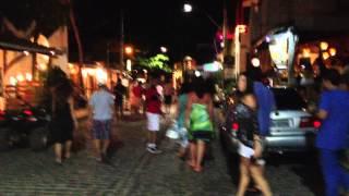 Caminhando à noite pelas ruas agitadas de Pipa   Rio Grande do Norte