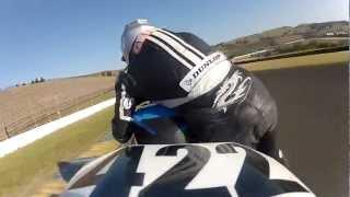 Piloto perde o controle da moto, mas se recupera em manobra incrível