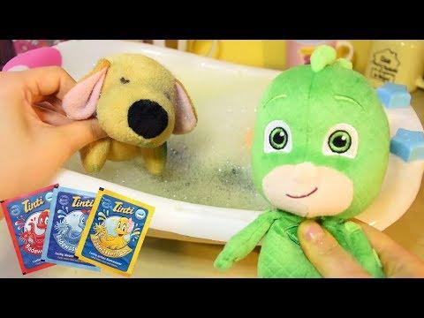GEKO dei SUPER PIGIAMINI PJ MASKS fa il bagnetto ad Hello con l'acqua e le tinte colorate