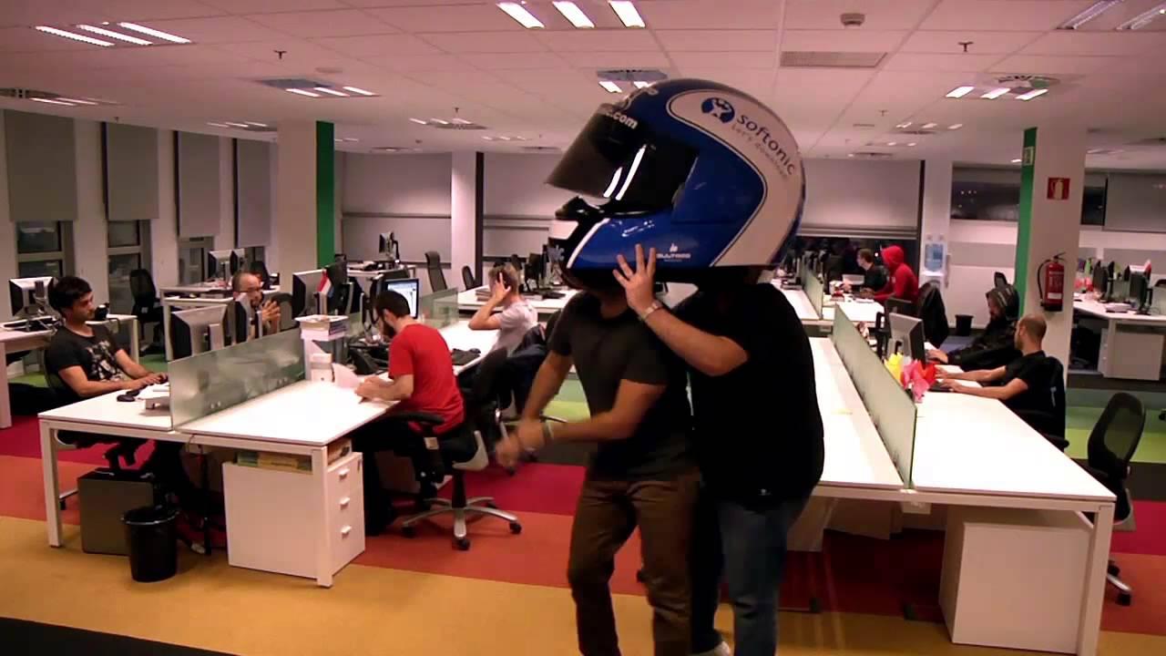 9f2e6435a5c0d Let s do the Softonic Harlem Shake (con un casco gigante) - YouTube