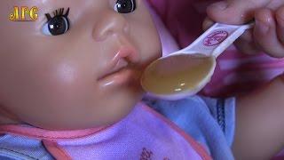 Беби Бон Тёма кушает яблочное пюре и пьет сок!