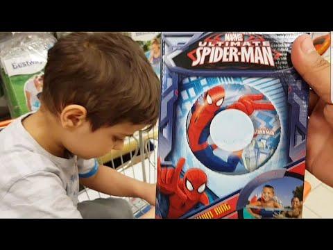 Çınar Efe market arabasıyla kendi istediği örümcek adamlı eşyalar alıyor. Çınar Örümcek adam avında