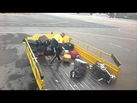 Как разгружают багаж в аэропорту видео