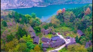 貴州深山里發現一個古村子,十幾棟房子只有三戶人家住,看著好淒涼【貴州李俊】