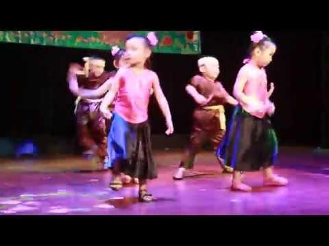 """Múa """"Dắt Trâu Ra Đồng"""" các bé lớp Lá Mầm Non Baby Garden biểu diễn"""