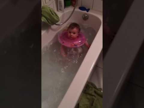 baby planscht in der badewanne mit dem babyswimmer youtube
