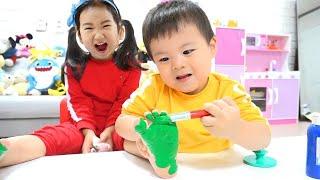 Boram et ses amis jouent avec des jouets colorés