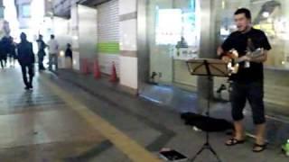 北海道札幌市。 路上ライブ中の方に声をかけられ、歌わされる竹原ピスト...