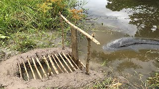 Smart Boy Make A Simple Fish Trap To Catch Big Fish-Cambodia Traditional Fish Trap