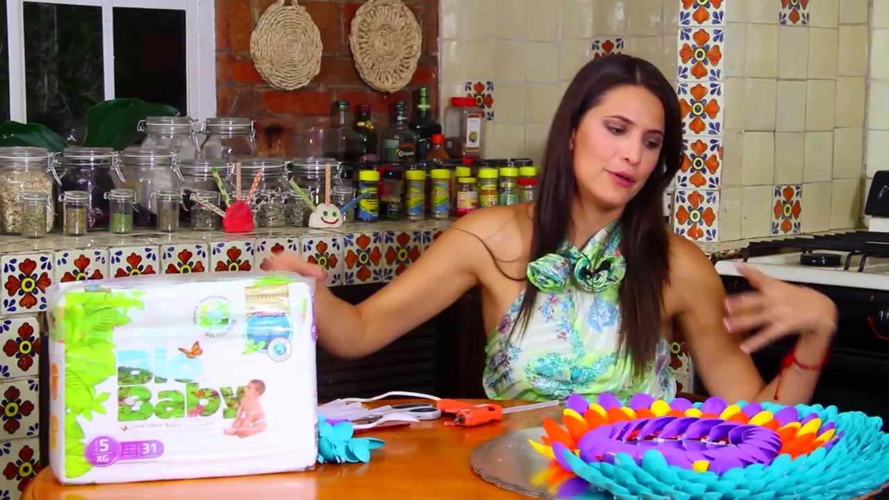 Marco para espejo con cucharas de plastico de colores for Pared con espejos redondos