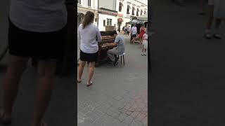 Парень сыграл на пианино музыку из сериала Игра Престолов