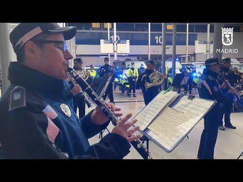 شاهد: ضباط يعزفون الموسيقى للطاقم الطبي ومرضى كورونا في مستشفى في مدريد…  - 11:59-2020 / 4 / 8