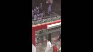 بالفيديو.. مشاجرة عنيفة ودماء داخل مطعم شهير بالرياض