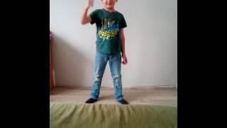 Парень круто танцует