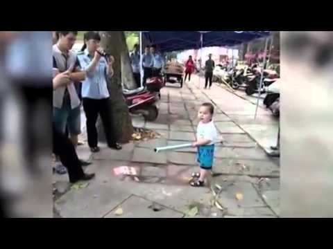 Uighur boy attacks chinese child VS police inspector