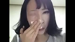 南韓正妹驚人卸妝術,擦一擦眼睛不見了!