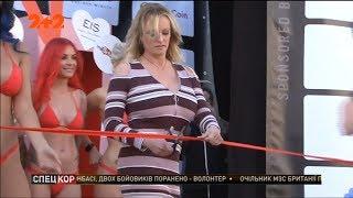 Скандальна порно-акторка Стормі Деніелс відкрила еротичну виставку у Берліні