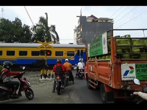 Kumpulan Kereta Api  Lewat Palang Pintu Perlintasan KA Paling Gres Tanpa Sensor