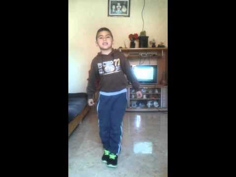 طفل صغير يرقص الوايواي thumbnail