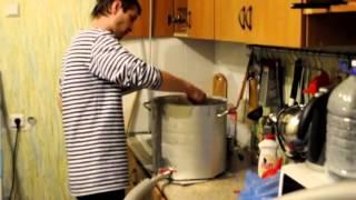 Друг варит домашнее пиво