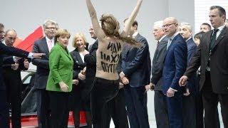 Putin'e Almanya'da çıplak protesto