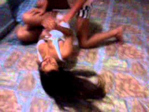 meninas brigando por causa de homen