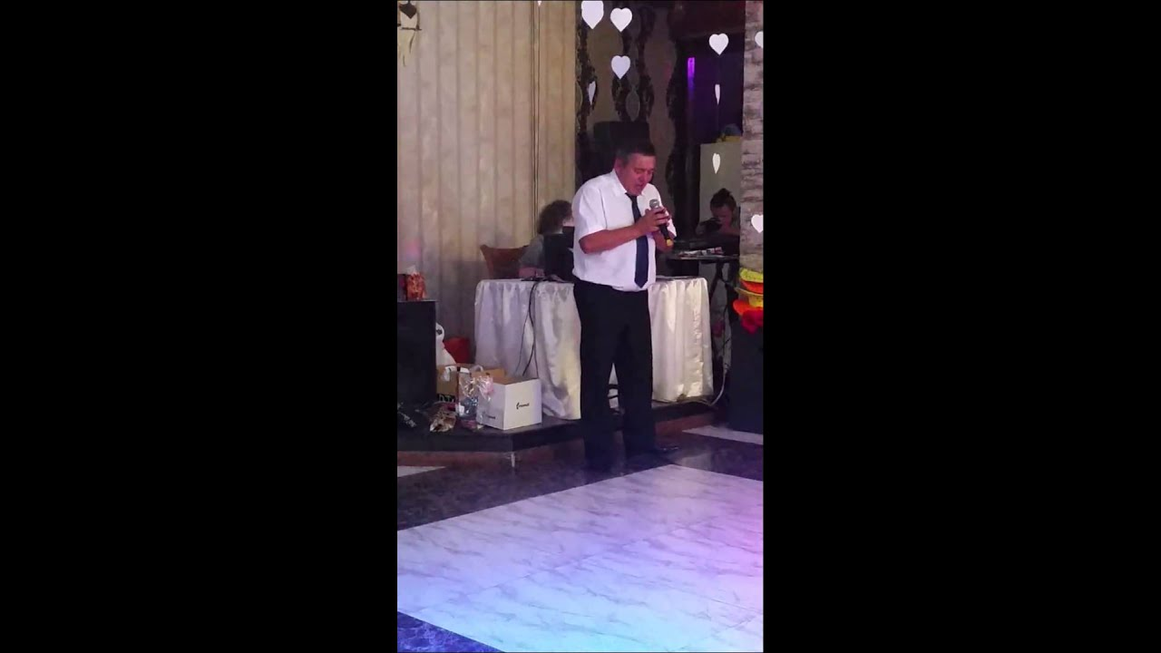 Папа поет дочери на свадьбе