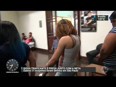 Idosa que anda com ajuda de bengala é presa em operação contra o tráfico | SBT Brasil (10/11/17)