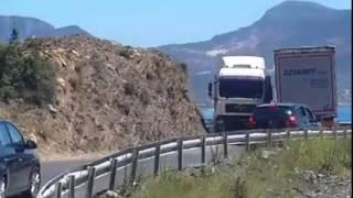 Mersin-Antalya yolu iki tır yan yana geçemiyor