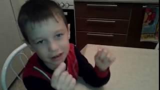 Никита показывает ,как  перед началом урока играют в школе))