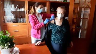 Vicenta, de 107 años, recibe la vacuna contra la Covid-19 en Valencia