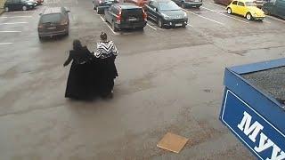 Zigenare stjäl från butik - personalen försöker stoppa dem