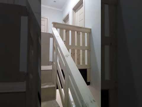 Монтаж простых дверей и интересное решение по оформлению будущей лестницы.