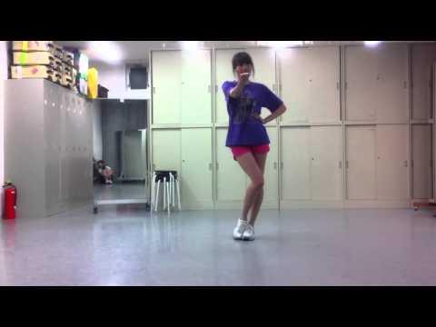 実はさこちゃんをチラチラ見ながら踊っています。
