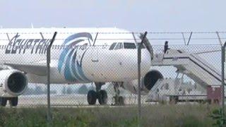 انتهاء أزمة خطف طائرة مصر للطيران في قبرص واستسلام الخاطف