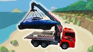Тёма играет в машинки игрушки и перевозит на эвакуаторе катер к морю - Видео для детей