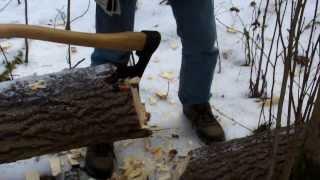 Поперечная рубка ствола дерева. Проверка стойкости лезвия на бумаге.