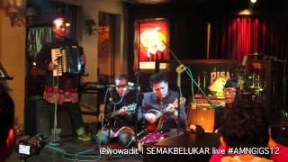 Download semakbelukar - mekar mewangi (live at #AMNGIGS12 ) MP3 song and Music Video