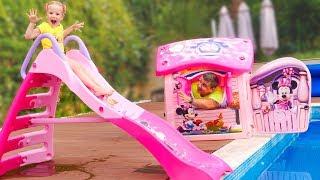 Stacy le pide a papá nuevos juguetes inflables