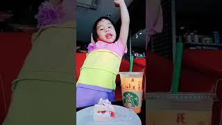 Kid eating สาวกเงือกเขียวอายุน้อยที่สุด