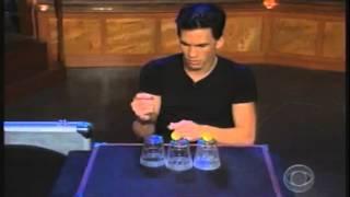 campeon mundial de magia trucos con vasos transparentes y bolas