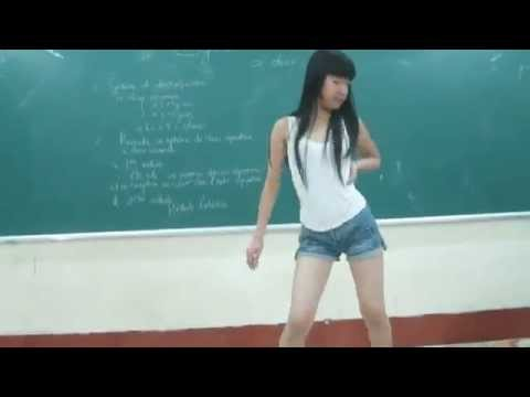Em teen nhảy cover bài Bubble Pop ngay trong lớp học