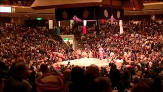 大相撲1月場所9日目の幕内土俵入りと遠藤と徳勝龍の取組模様。
