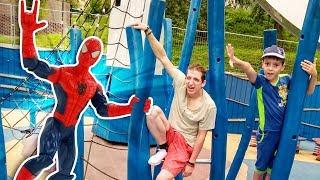 Человек Паук и Стервятник - супергерои в парке. Тренировка для мальчиков.