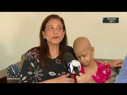 Menina de 10 anos sofre com a falta de remédios contra o câncer | SBT Notícias (16/08/17)