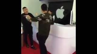 Dihina Tidak Punya Uang, Pria Ini Lantas Borong iPhone Untuk di Hancurkan