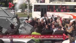 بالفيديو| ضابط يطلق طلقات تحذيرية لتفريق سائقي