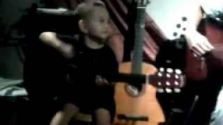 Bé 2 tuổi rưỡi phiêu theo với guitar.