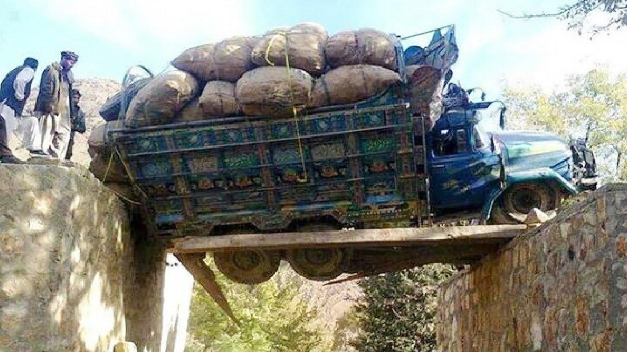 Amazing Dangerous Idiots Dump Trucks Operator, Fastest Dangerous MAXIMUM Car Off Road Skills
