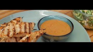 Куриный сатай с пряным арахисовым соусом и салатом из огурцов
